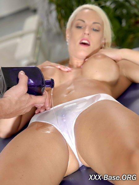 Умелый массажист мгновенно возбудили роскошную блондинку