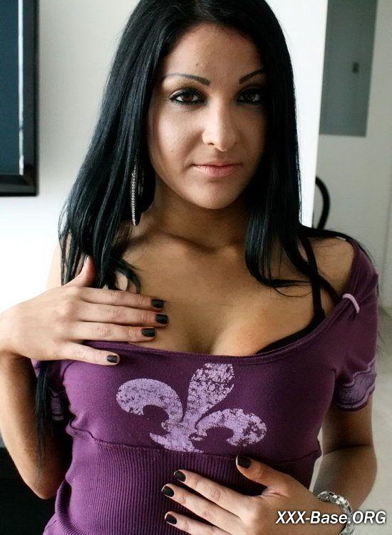Ненасытная красотка Миа предложила парню снять домашнюю порнуху