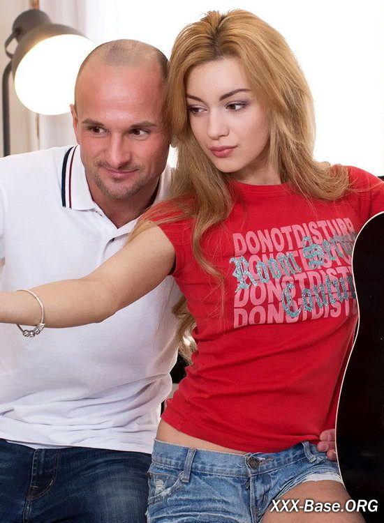 Молоденькую Русскую порнозвезду трахнули в сочную попочку и кончили в рот